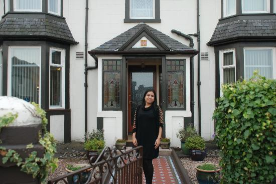 Dalmore Guest House: My wife in front of the B&B