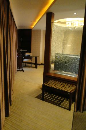 ZTL Hotel Shenzhen: Deluxe Suite:see thru from bedroom to living room