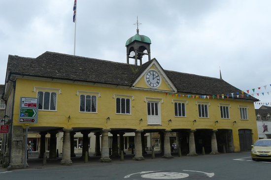 Tetbury, UK: Great market house side view