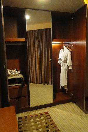 ZTL Hotel Shenzhen: Deluxe Suite:the safe look quite unsafe, the robe is so winkled and the robe is like maggie mee
