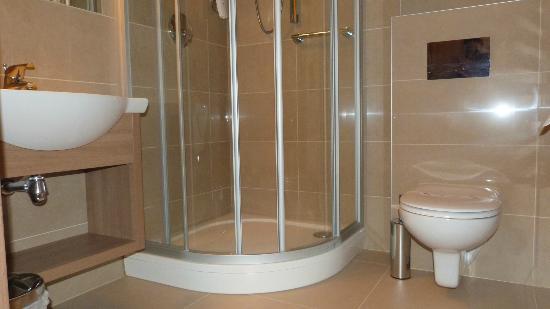 Hotel Greno: Łazienka czysta i schludna