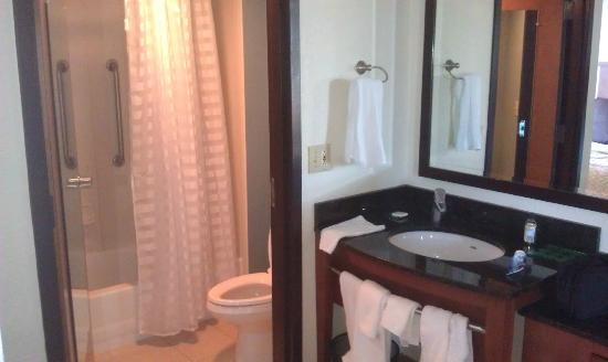 حياة بالاس بوسطن / ميدفورد: bathroom and sink area 