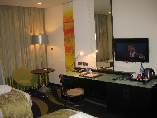 Radisson Blu Hotel, Abu Dhabi Yas Island: Good-sized desk in the room