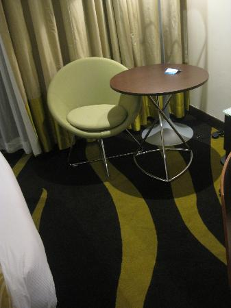 Radisson Blu Hotel, Abu Dhabi Yas Island: Cozy chair & all-purpose table