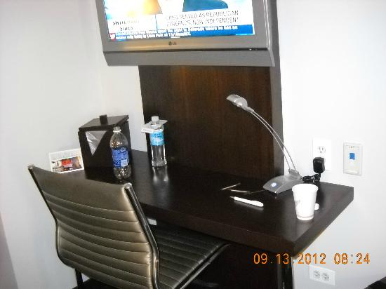 Hotel Felix: Very small desk, just enouph room for laptop - Four Star?? Not!