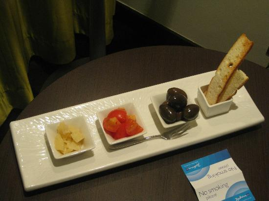 Radisson Blu Hotel, Abu Dhabi Yas Island: Surprise snack (free) in my room