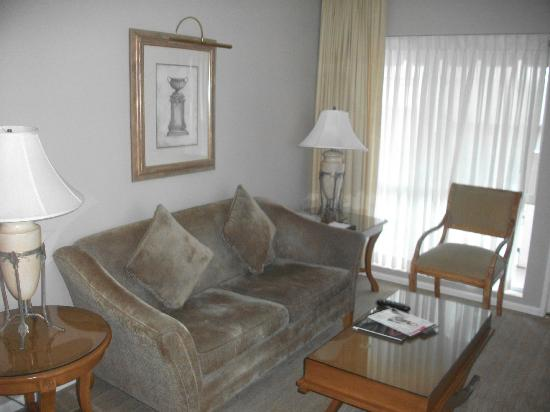بيفرلي هيلز بلازا هوتل آند سبا: our gorgeous living area 