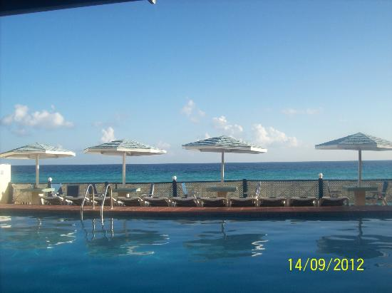 South Gap Hotel: liming by the hotel pool