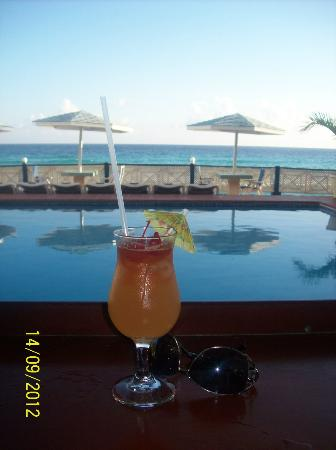 South Gap Hotel: a drink by the pool