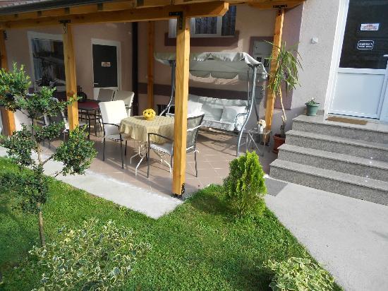 Via Apartments: Yard