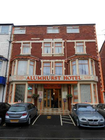 Alumhurst Hotel: Front of Hotel