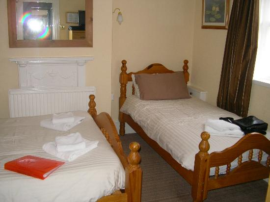 Chandos Premier Guest House: Single bed very noisy!