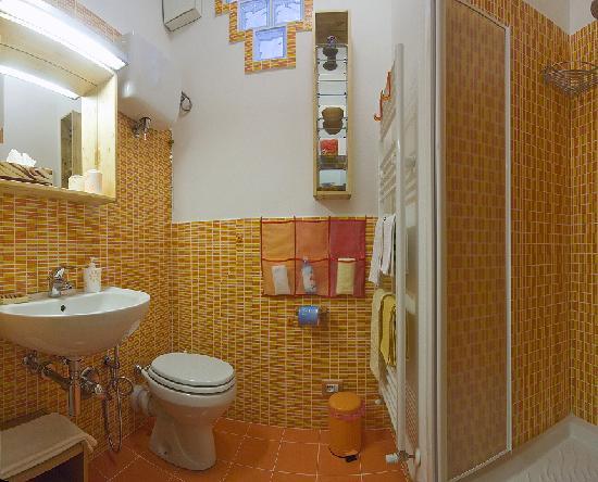 """B&B Casa Certosa: Bagno della camera """"Bianco-Nera"""""""