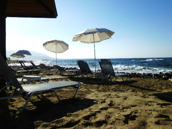 Kristalli Hotel Apartments: The beach at the blue sea taverna