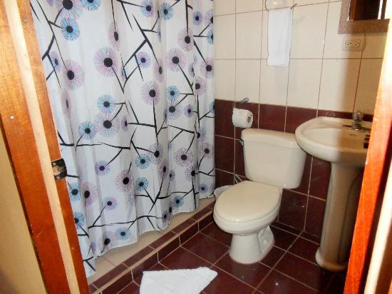 Hotel Cipreses Monteverde Costa Rica: De ruime badkamer