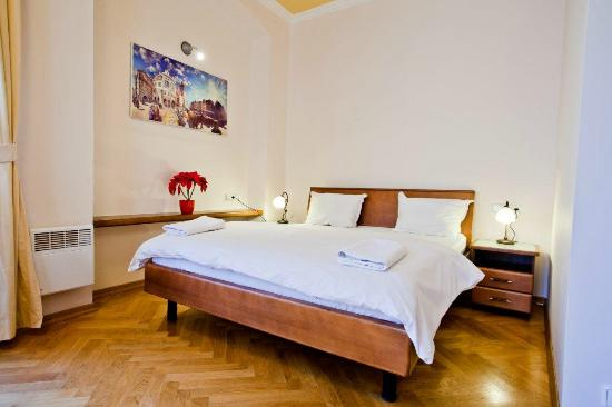 Residence Thunovska 19: Each room and suite has one large double bed.