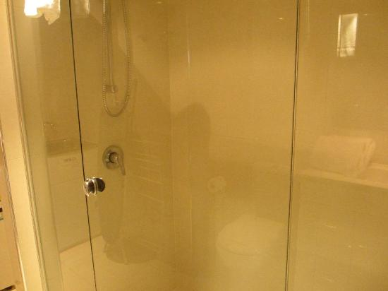 Paradise Centre Apartments: Shower