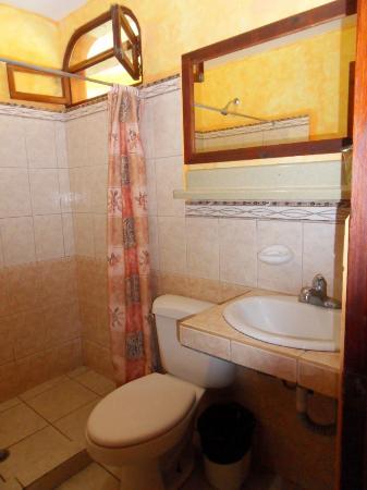 Hotel Giada: Badkamer met ruime douche