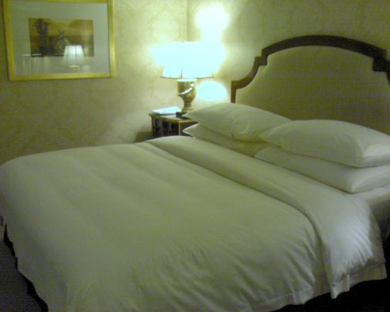Hotel Mulia Senayan, Jakarta: Comfy bed
