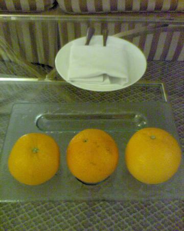 โรงแรมมูเลีย: Complimentary oranges
