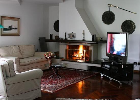 Villa Victoria: divano con camino e tv