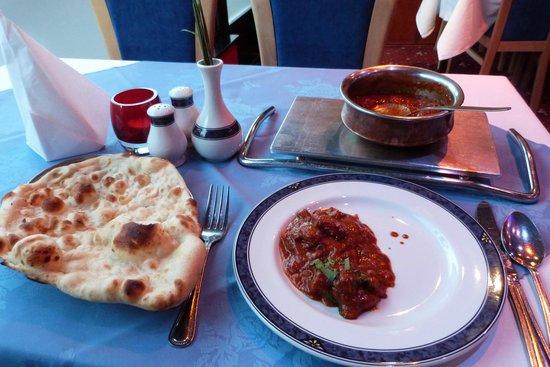 Maharani Restaurant: Lamb curry with naan