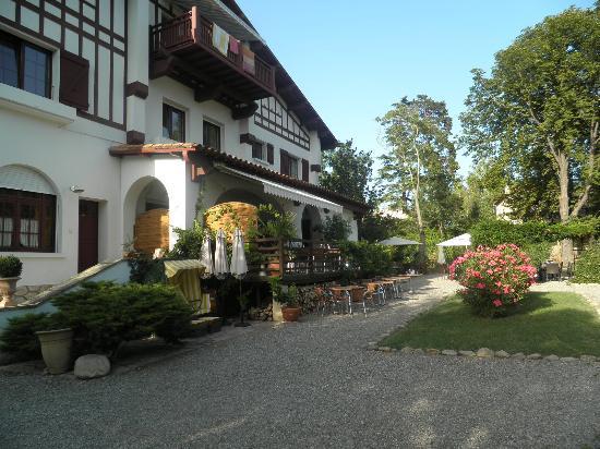 Villa du Parc: das Haupthaus mit überdachter Terrasse vom Garten fotografiert