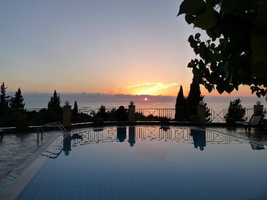Dina's Paradise Hotel & Apartments: Sunset view from Dinas Paradise West out to sea.