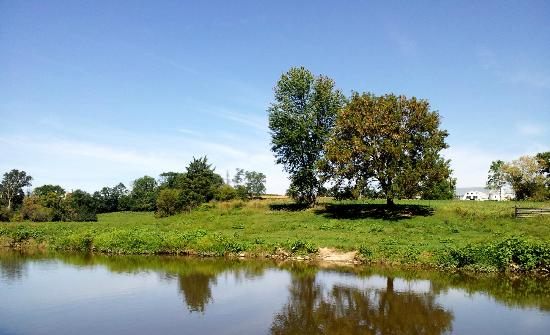 Old Mill Stream Campground: Amish farm across the creek. Beautiful!