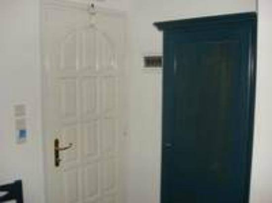 Ilion Hotel: Armario y puerta de entrada