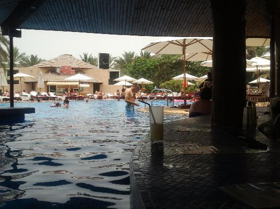 Habtoor Grand Resort, Autograph Collection: Pool Bar