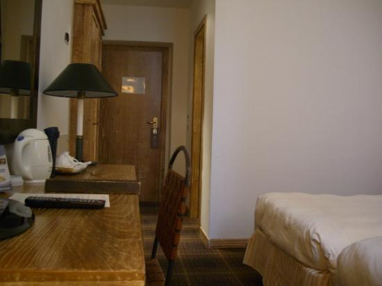 Grand Hotel Minerva: ベッドから入口を見る