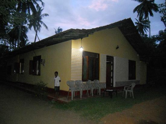 Family Guest House : View of the guesthouse at night