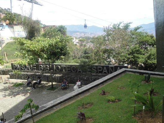 Medellin, Kolumbia: Parque Biblioteca España com Metrocable ao fundo