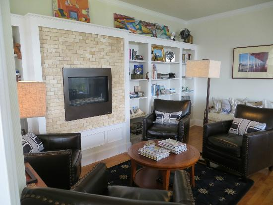 Topside Inn: living room with fireplace