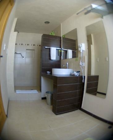 Centro 19 Hotel: Baño equipado