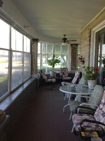 Castle Bed and Breakfast: The wrap around porch gives you awesome views of the great Mississippi river