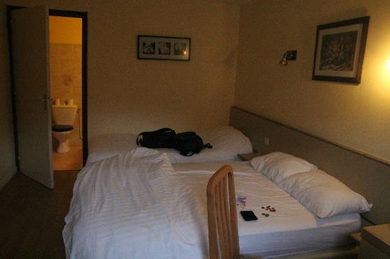 Hotel La Quebecoise Le Bas Frene : triple bedroom rm 4