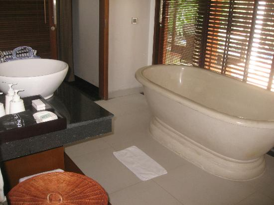 The Dipan Resort Petitenget: One bedroom villa with pool - bathroom