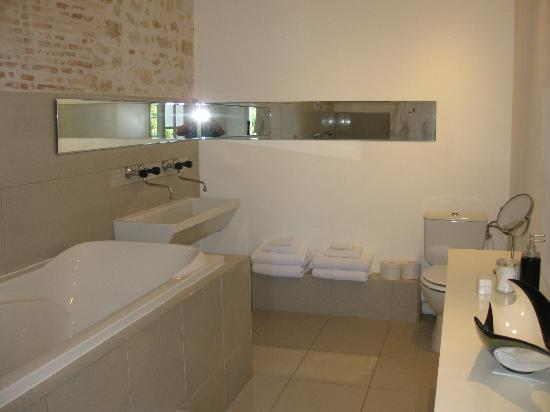 Chateau de la Couronne: Bathroom