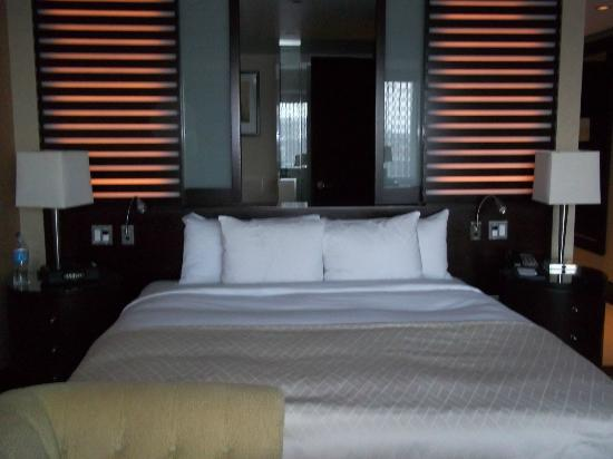 InterContinental Boston: Bed with sliding window into bath (backlit)
