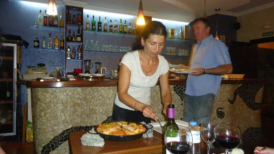 Electra Wine Bar & Tapas: Serving the paella