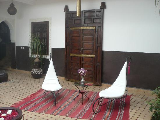 Riad Charme d'Orient: Coin détente dans le patio