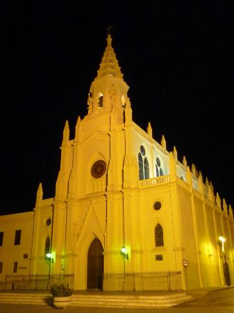 Hotel Apartamentos Marina Luz: The church a night, located 200 meters from the hotel.