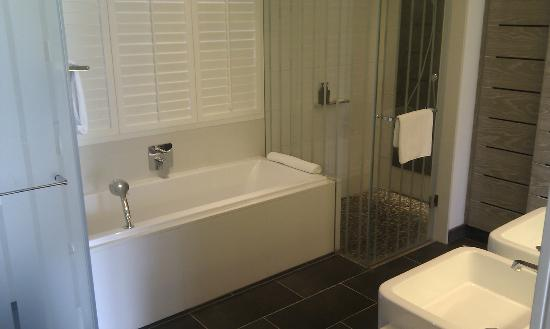 Long Beach Golf & Spa Resort: Room 140 bathroom