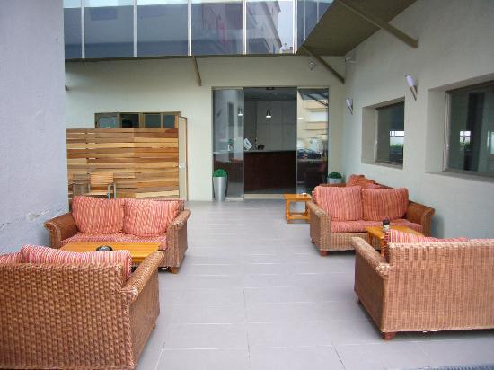 Hotel Mare Nostrum: zona de la entrada con sofas viejetes...