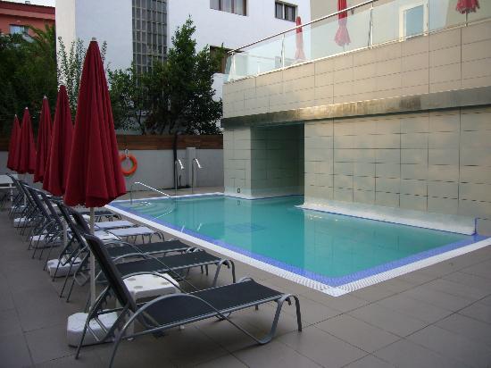 Hotel Mare Nostrum: piscina nueva pegada al bloque de apartamentos