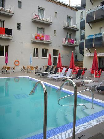 Hotel Mare Nostrum: de frente bloque 2* con esquina del de 4*