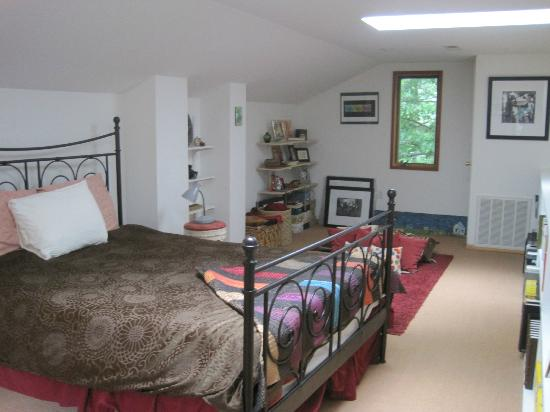 Lake Eden Events & Lodging: The Studio upstairs bedroom