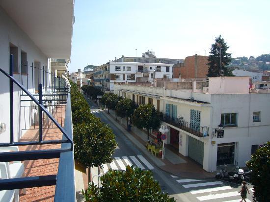 Mar Blau Tossa Hotel: vista a la izquierda desde la 214, se ve la torre de la muralla